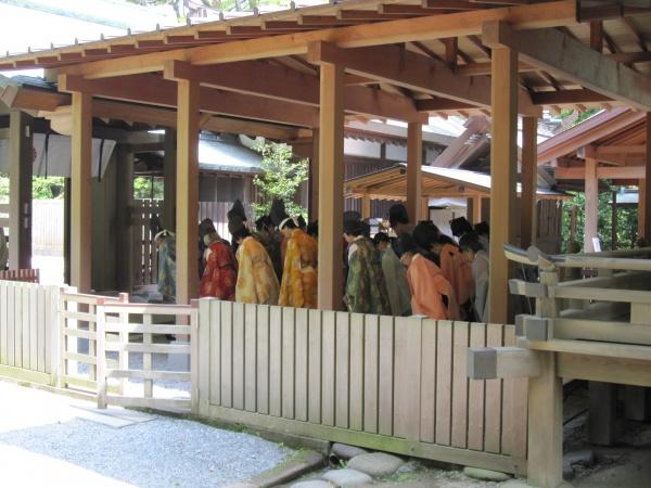 鎌倉宮の拝殿を歩く人々