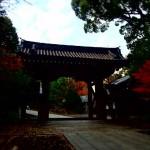 總持寺の入り口門の三松関