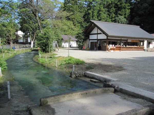 那須乃木神社社務所と用水路