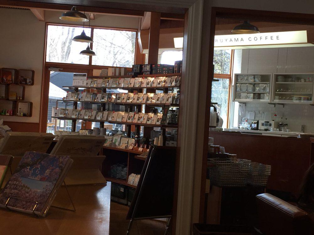 丸山珈琲のハルニレテラス店の店内風景